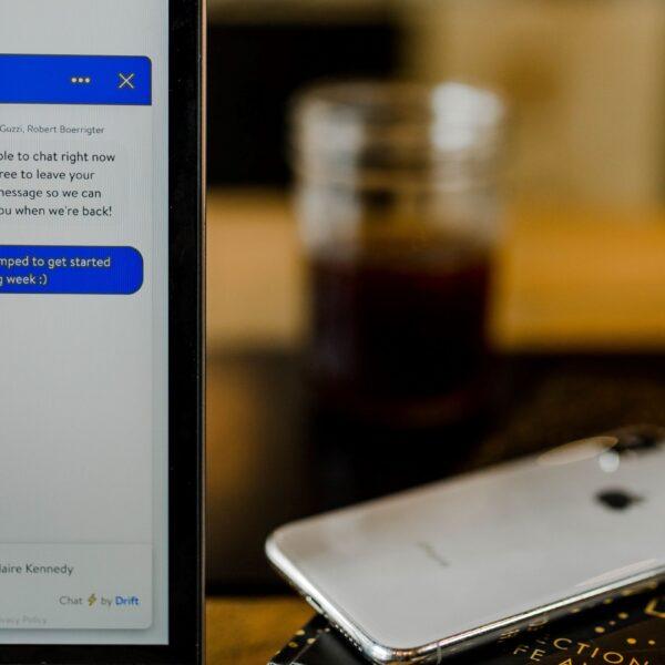 ekran monitora, na który widać czat);